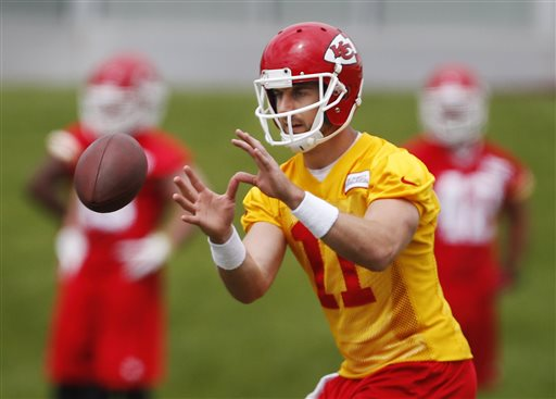 After only a week of organized team activities, the Kansas City Chiefs head coaches are already praising new quarterback Alex Smith (Credit: AP Photo)