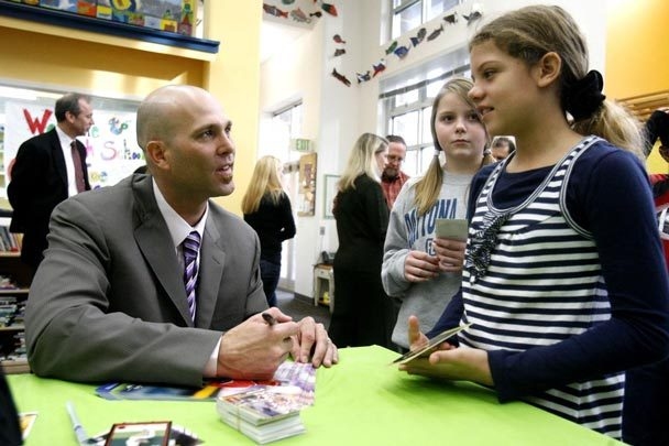 Tim Hudson makes time for a young fan (Credit: Seattle Times/Courtney Blethen Riffkin)